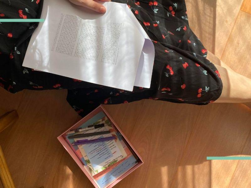Eu lendo um paper sentada no chão da sala