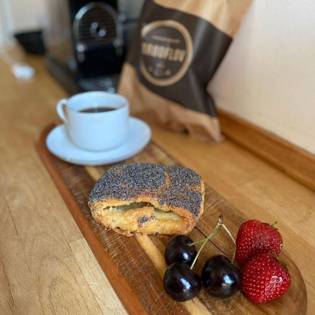 Pão doce dinamarquês com café e frutas vermelhas