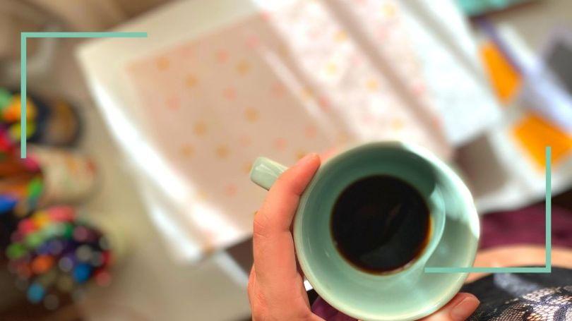 Como faço meu planejamento de atividades, priorização e gestão do tempo. Foto de uma xícara de café